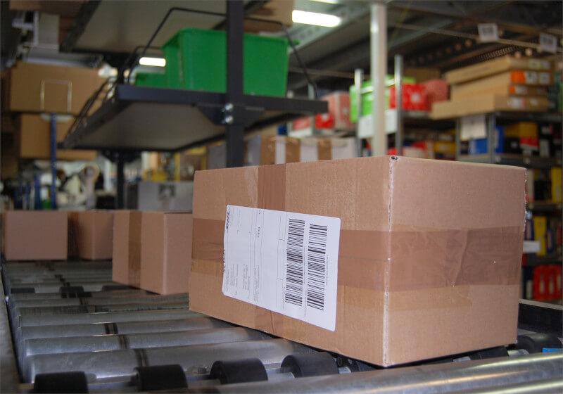 Logistikzentrum Förderband mit Paketen MKS Autoteile